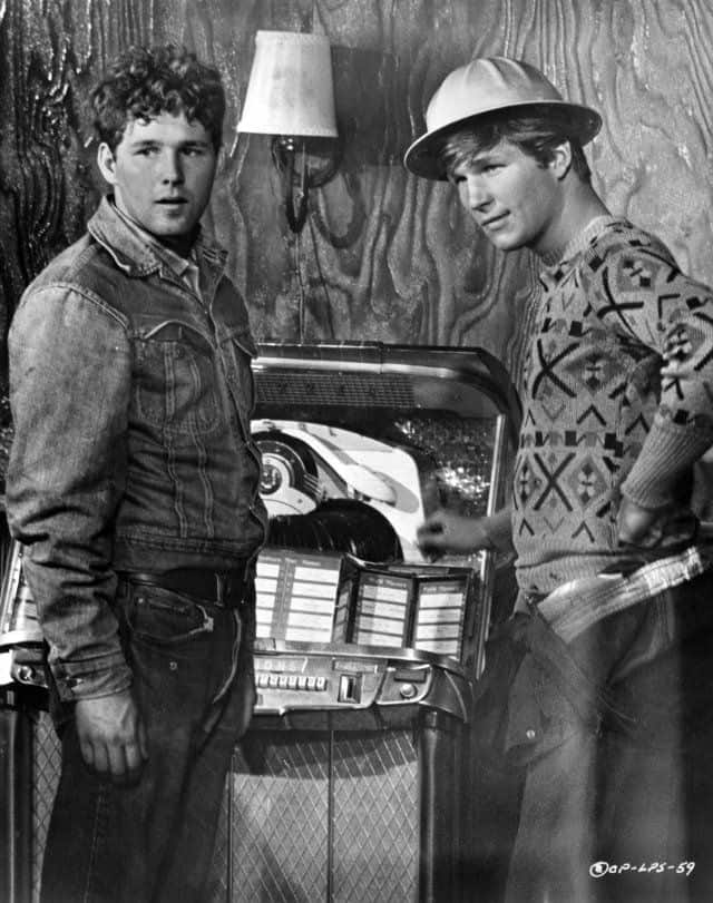 Sonny & Duane stand by the jukebox in a scene from The Last Picture Show