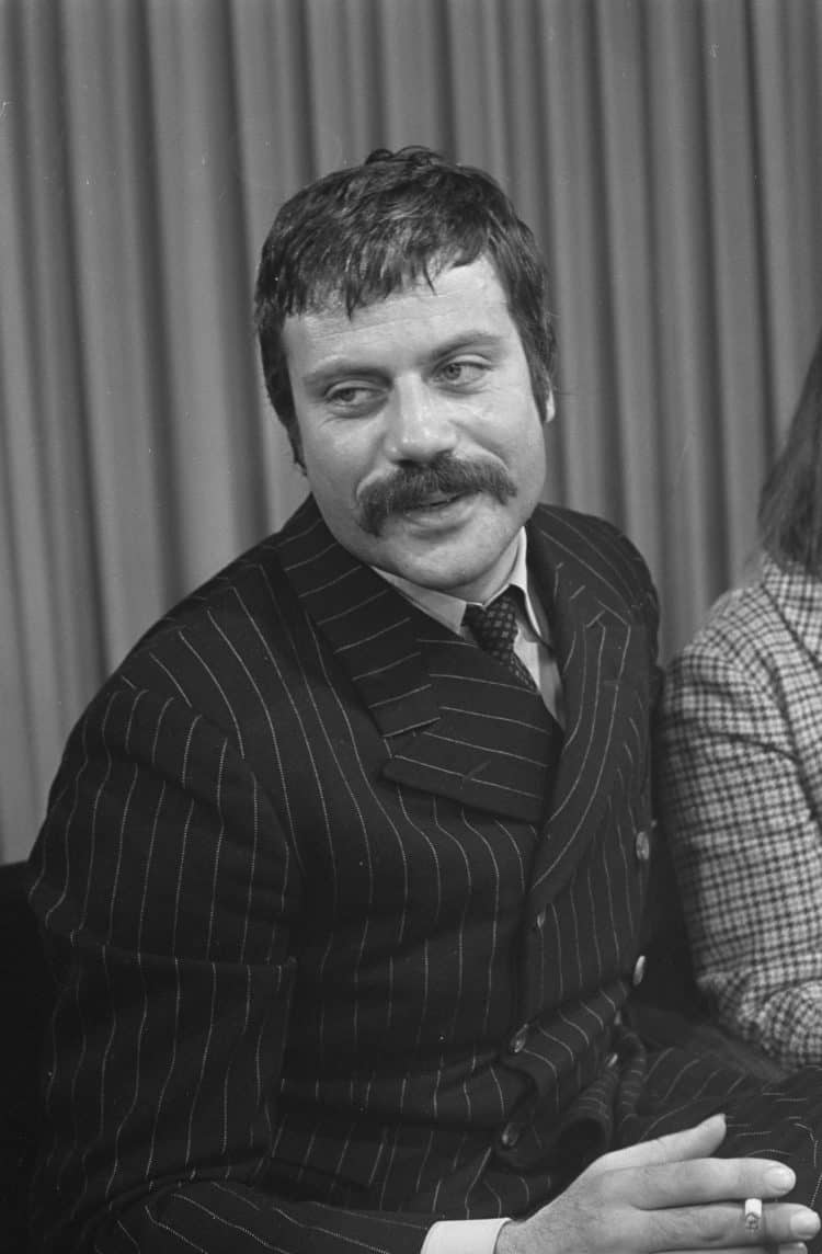 Oliver Reed in snappy attire!