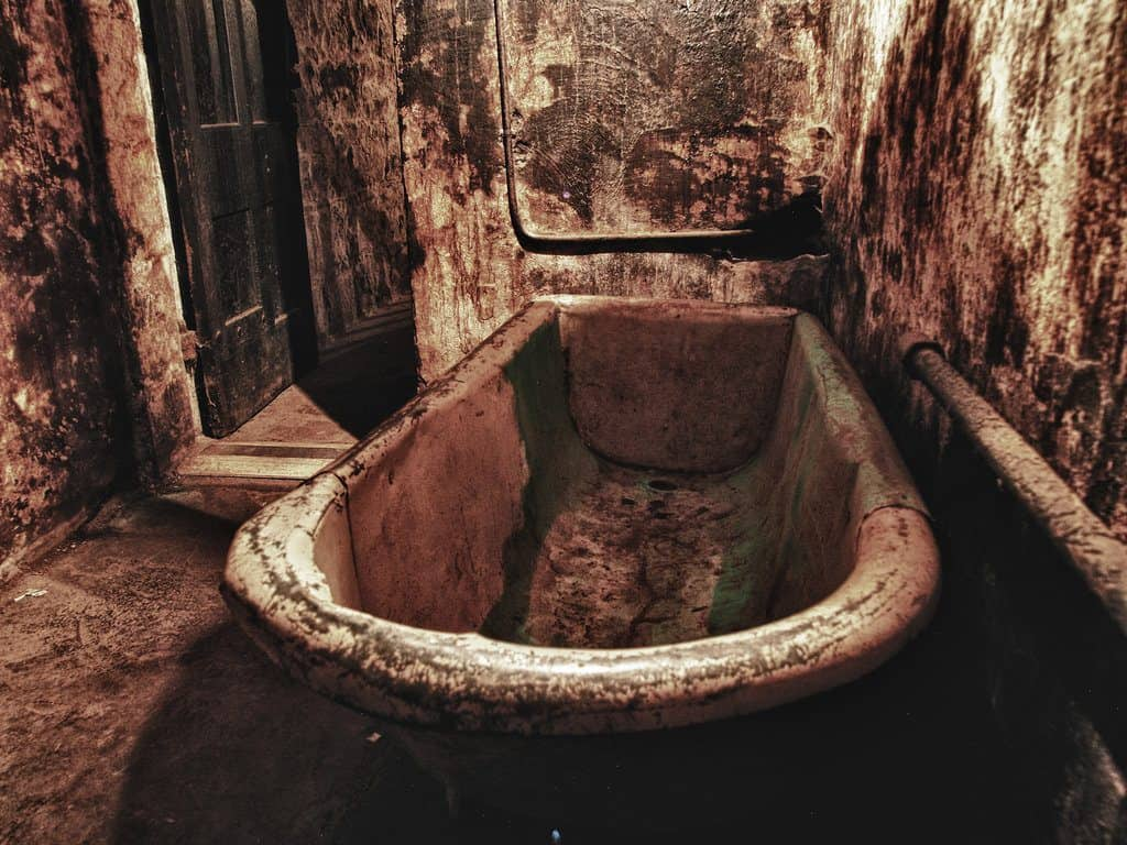A decrepid and disused bathroom