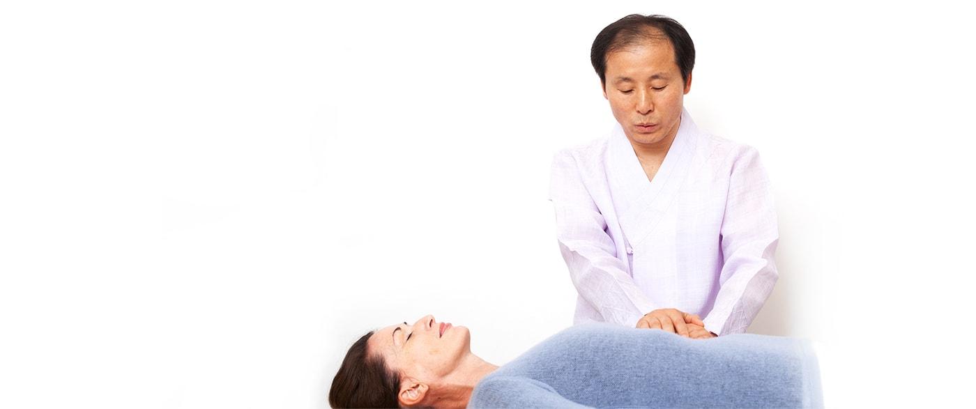Master Oh treats a patient