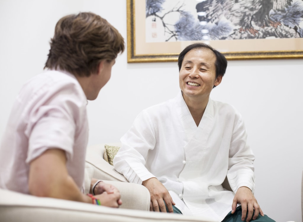 Master Oh speaking with a patient